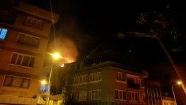 Apartmanın çatısı alev alev yandı