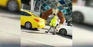 Ticari taksi sürücüleri ile değnekçinin para pazarlığı kamerada