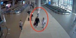 Sindirim sistemlerinde 2 kilonun üzerinde eroin bulunan kuryeler havalimanında yakalandı