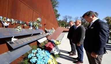 Bakan Çavuşoğlu, Cennet Bölüğü Anıtı'na çiçek bıraktı