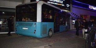 Sürücüsü kalp krizi geçiren otobüs oto bakım servisine daldı: 2 yaralı