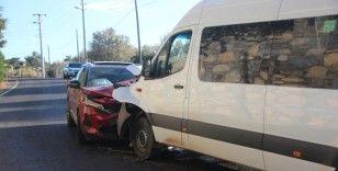 Minibüsle cip kafa kafaya çarpıştı: 22 yaralı