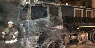 Esenyurt'ta park halindeki iki tır alev alev yandı