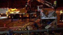 TEM'de karpuz yüklü kamyonet ile ticari taksi çarpıştı, otoyola karpuz saçıldı