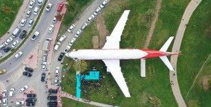 Şehrin göbeğindeki dev uçağı gören dönüp bir daha bakıyor