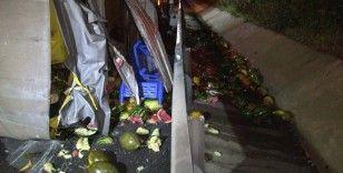 TEM'de karpuz yüklü kamyonet ile ticari taksi çarpıştı, otoyola karpuz saçıldı: 4 yaralı