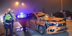 Ticari taksi seyir halindeyken önüne çıkan ata çarptı