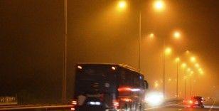İstanbul'da gece saatlerinde sis etkili oldu :15 Temmuz Şehitler Köprüsü sisten kayboldu