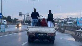 Sancaktepe'de 4 kişinin kamyonet kasasındaki tehlikeli yolculuğu kamerada