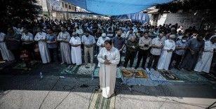 Gazzeliler, Filistinli tutuklulara destek için cuma namazını Uluslararası Kızılhaç Komitesi önünde kıldı