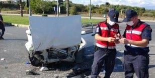 Kırmızı ışık ihlali yapan otomobil sürücüsü, taksi ile çarpıştı: 1'i ağır 2 yaralı