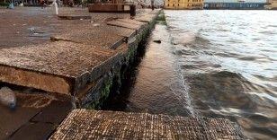 İzmir'de şiddetli fırtına yüzlerce kiloluk beton blokları yerinden söktü