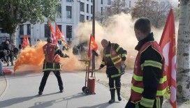 Paris'te yüzlerce öfkeli itfaiyeciden, ses ve sis bombalı protesto gösterisi