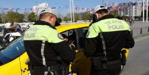 Taksim'de taksi denetimi: 2 taksi trafikten men edildi