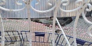 Kağıthane'de bir inşaatın istinat duvarı çöktü, yolda çatlaklar oluştu