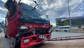 Çarpışan iki kamyondan biri devrildi, sürücü sıkışarak yaralandı