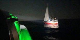 Yelkenli teknede 26 göçmen yakalandı