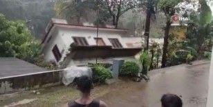Hindistan'da sel sularına dayanamayan ev yıkıldı
