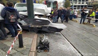 Zeytinburnu'nda tramvay yoluna girmeye çalışan araçla tramvay çarpıştı