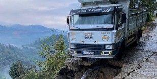 Rize'de toprak kayması nedeniyle kamyonet yuvarlanmaktan sona anda kurtuldu