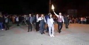 Kurtlar Vadisi müziği eşliğinde silah atarak takı törenine girmişlerdi