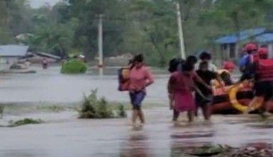 Nepal'i vuran sel ve heyelanda bilanço artıyor