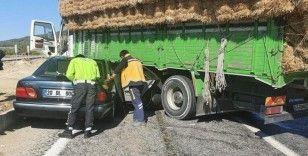Saman yüklü kamyona otomobil çarptı: 4 yaralı